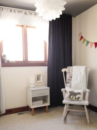 Petit coin détente avec une table de chevet à côté pour facilement y déposer des choses à portée de main